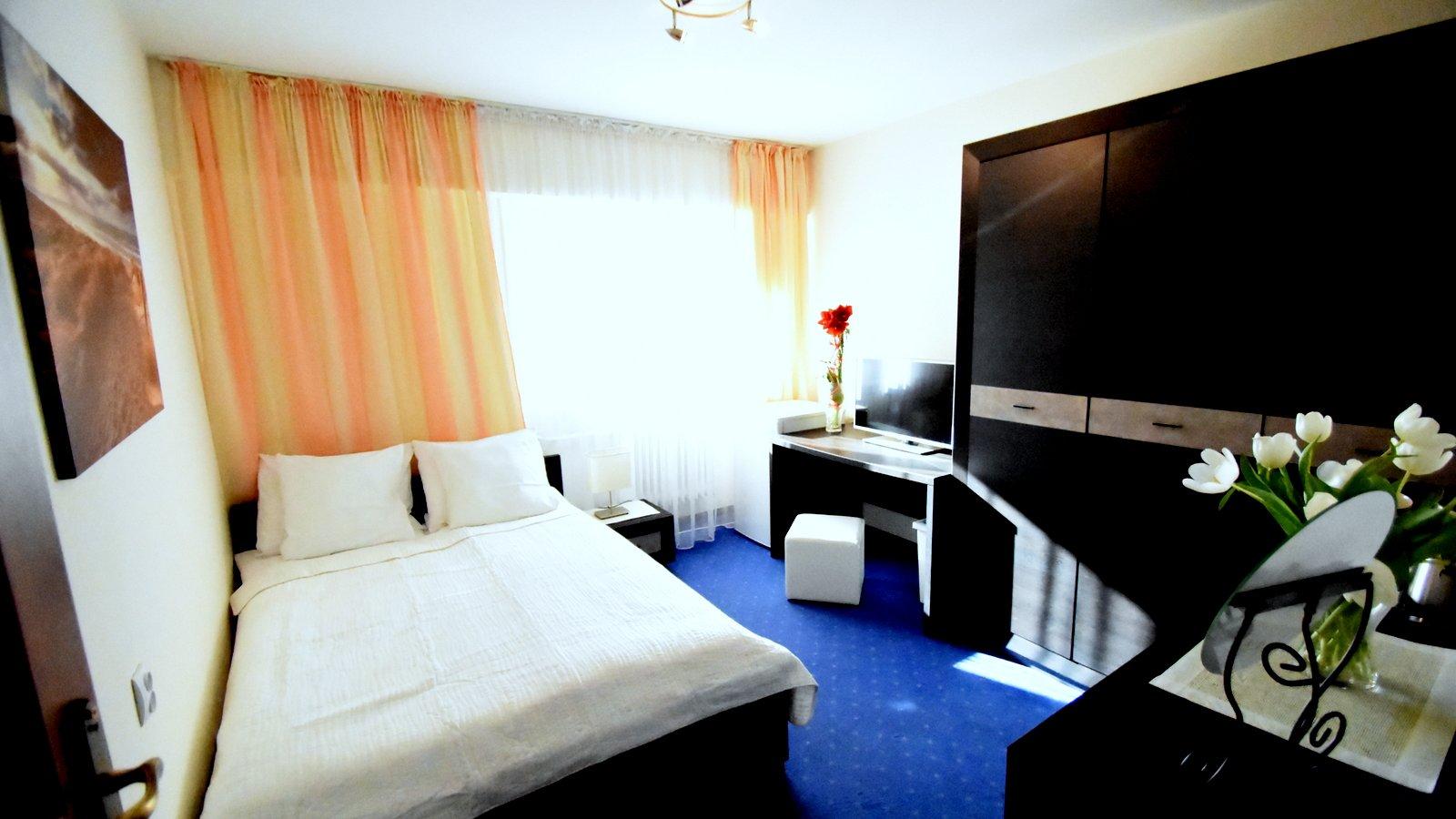 Pokój dwuosobowy z łóżkiem małżeńskim na parterze ( Pensjonat Relax)