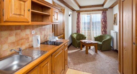 https://r.profitroom.pl/hotelbaniathermalski/images/rooms/thumbs/555x300/201605251035050.Hotel_Bania_pokoj_4_fot._Szymon_Polanski_1.jpg