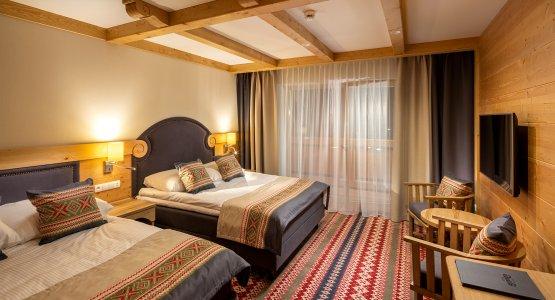 https://r.profitroom.pl/hotelbaniathermalski/images/rooms/thumbs/555x300/201912041118050.BANIA_HOTEL_NOWY_POKOJ_2019_fot_Szymon_Polanski_9601.jpg