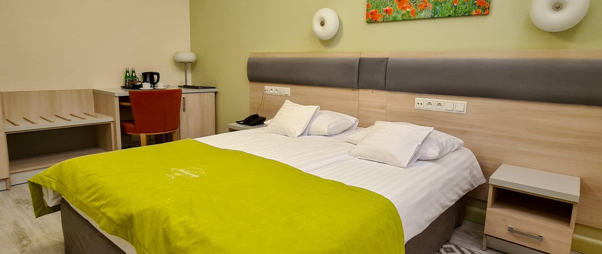 Klimatyzowany pokój z łóżkiem małżeńskim w budynku głównym