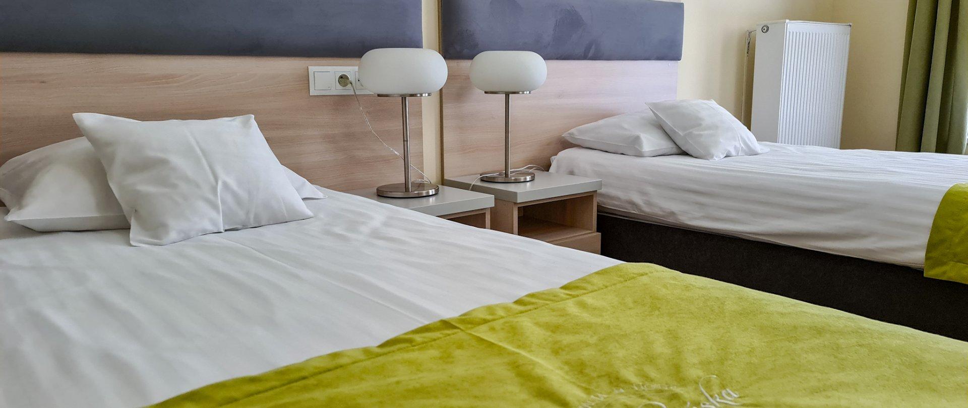 Komfortowy pokój z dwoma łóżkami w drugim budynku hotelowym