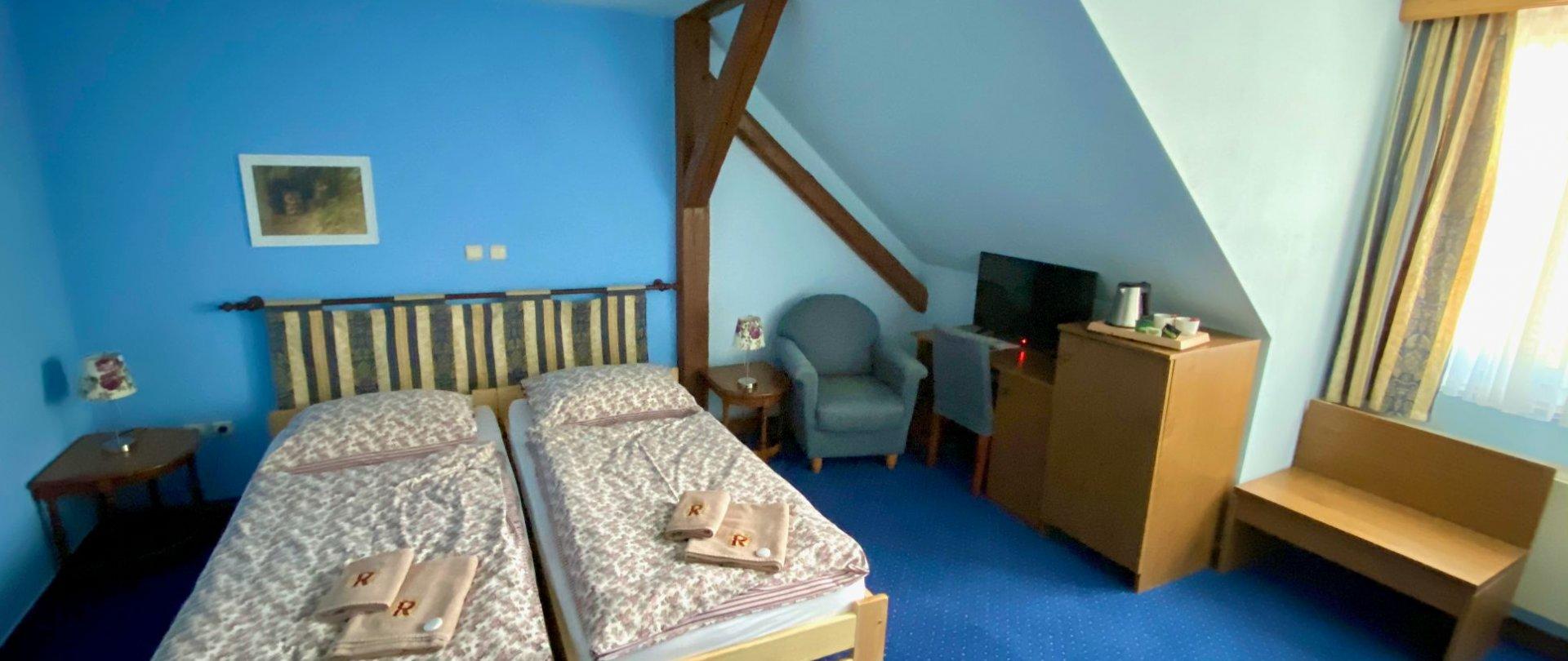 Dvoulůžkový pokoj s oddělenými postelemi a koupelnou