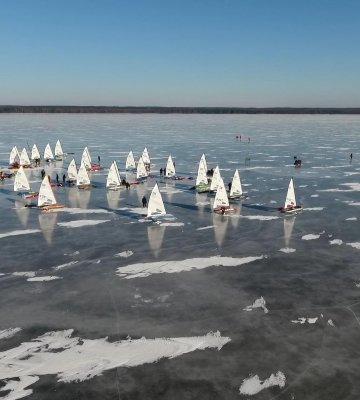 Bojery - kurs żeglarstwa lodowego.